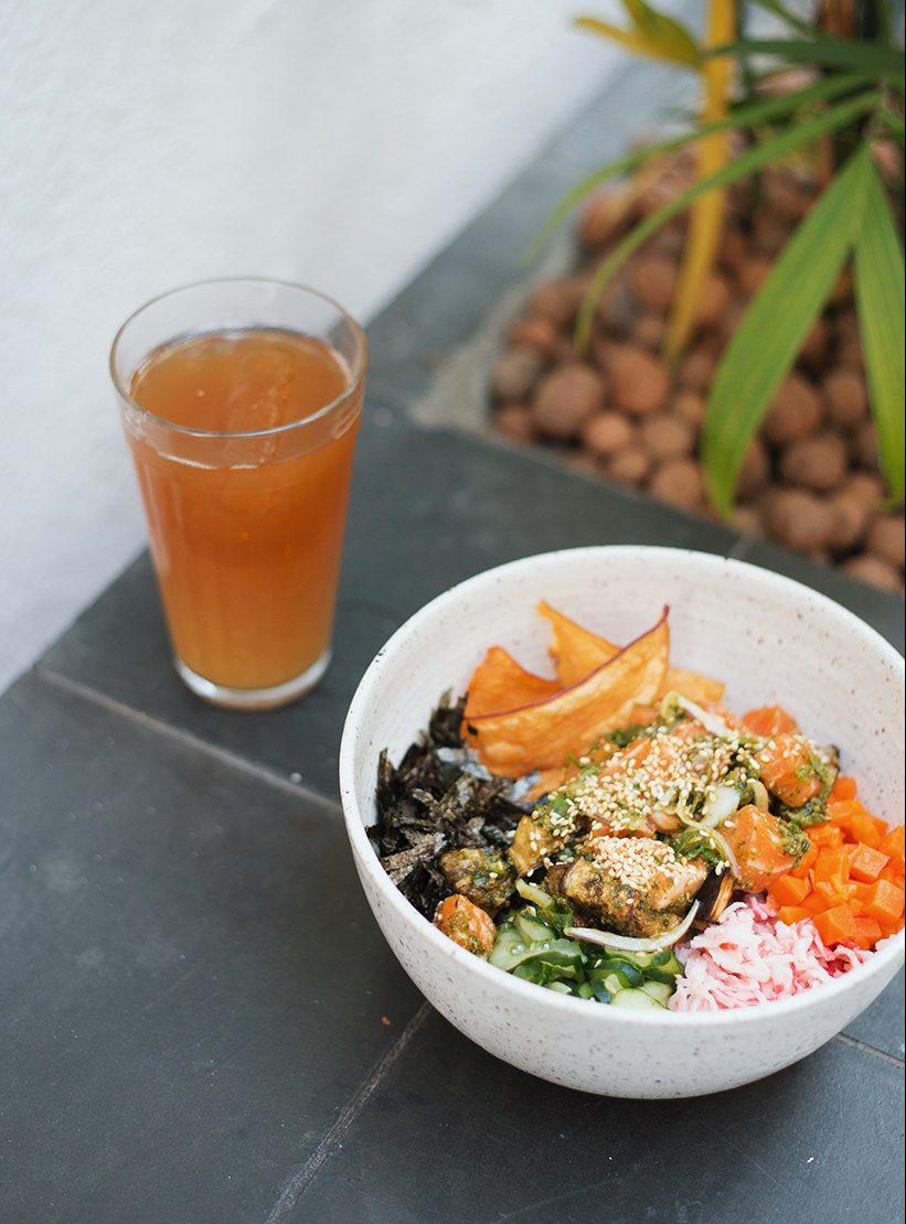 Hi pokee - Poke customizável com salmão e chá mate com abacaxi.